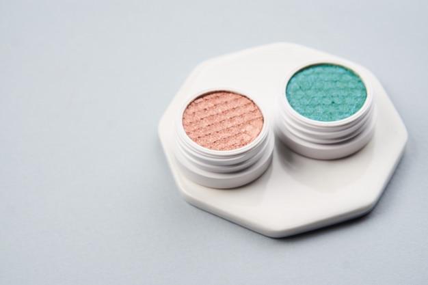 Disposition de beauté sur une couleur avec des cosmétiques et des bijoux