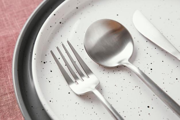 Disposition de la belle vaisselle sur la table