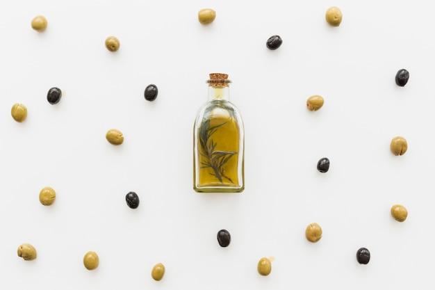 Disposition de la bouteille d'huile avec des olives