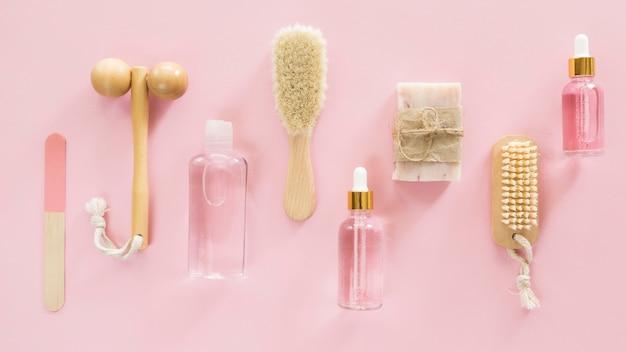 Disposition de brosses et huiles concept de traitement spa