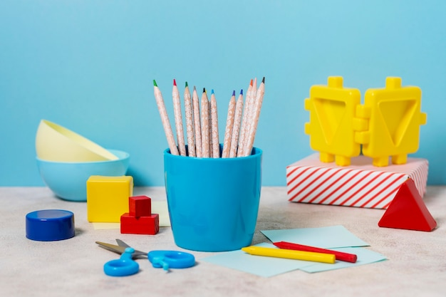 Disposition de bureau avec des crayons et des ciseaux
