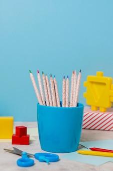Disposition de bureau avec des crayons colorés