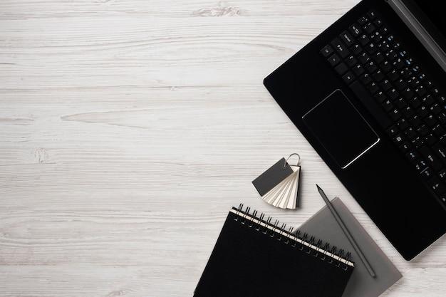 Disposition de bureau avec ordinateur portable à plat