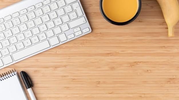 Disposition de bureau à plat avec espace de copie