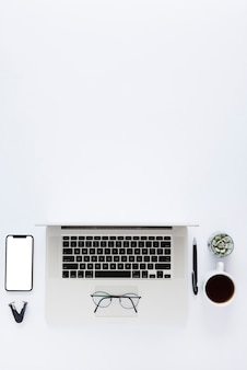Disposition de bureau vue ci-dessus avec ordinateur portable