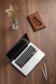 Disposition de bureau vue de dessus avec ordinateur portable