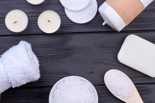 Disposition en cercle plat de trucs blancs pour spa. fond de bois sombre.