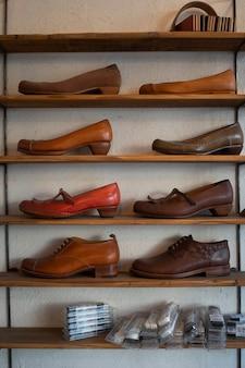 Disposition des chaussures sur les étagères