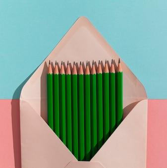 Disposition des crayons dans l'enveloppe