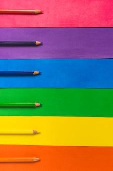Disposition de crayons et drapeau lumineux lgbt