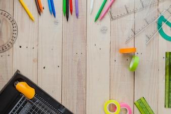 Disposition créative des matériaux de bureau