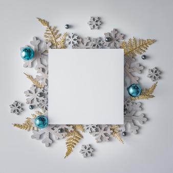 Disposition créative de noël faite de décoration d'hiver de noël et de flocons de neige. mise à plat. concept de nouvel an de la nature.