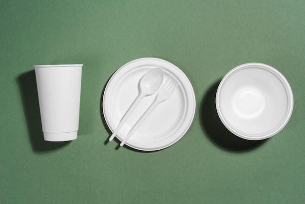 Disposition de différents articles de table jetables ou écologiques