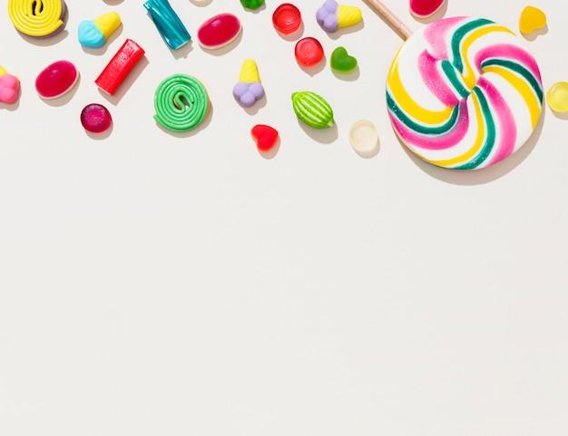 Disposition de différents bonbons colorés avec espace copie
