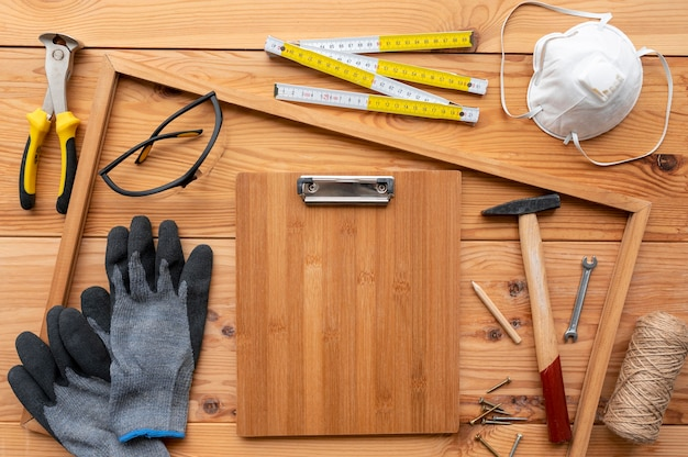 Disposition de différents objets d'atelier artisanal