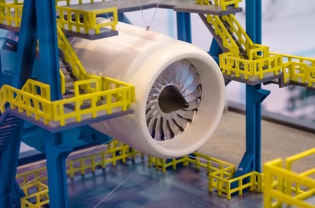 Disposition du moteur sur l'échafaudage dans l'usine.