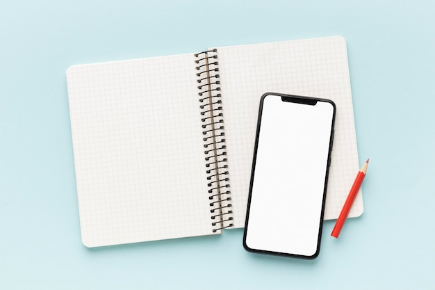 Disposition du téléphone et du cahier à écran vide