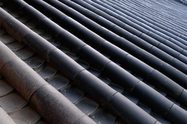 Disposition du toit en briques noires sur fond traditionnel chinois ancien