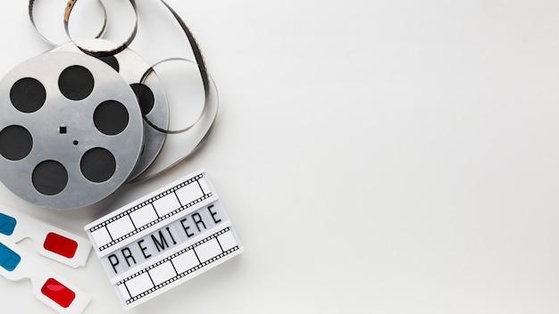 Disposition des éléments du film sur fond blanc avec espace de copie
