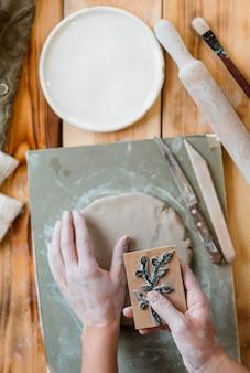 Disposition des éléments de poterie en atelier