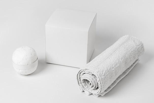 Disposition des éléments de spa à angle élevé sur fond blanc