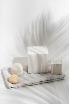 Disposition des éléments de spa sur fond blanc