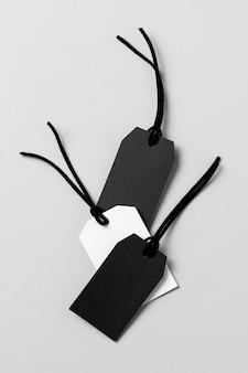 Disposition des étiquettes blanches et noires à plat