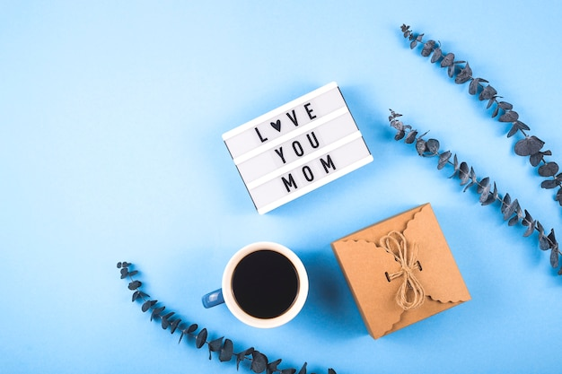 Disposition de la fête des mères avec café et eucalyptus.