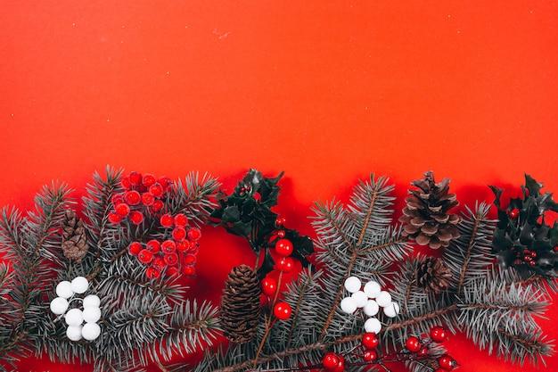 Disposition de fond de noël sur fond rouge