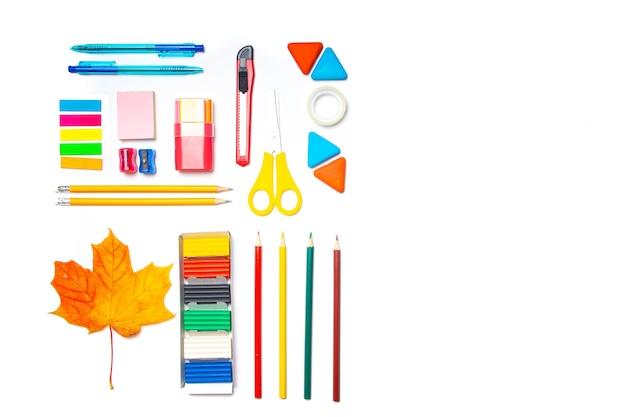 Disposition de fournitures de bureau sur un espace de copie de fond blanc. fournitures scolaires. papeterie colorée.