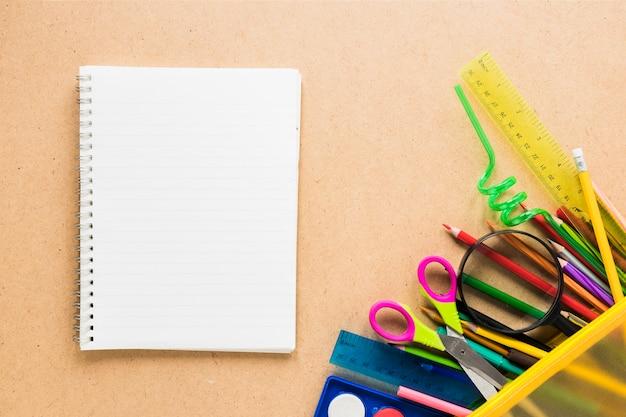 Disposition de fournitures de papeterie pour l'école