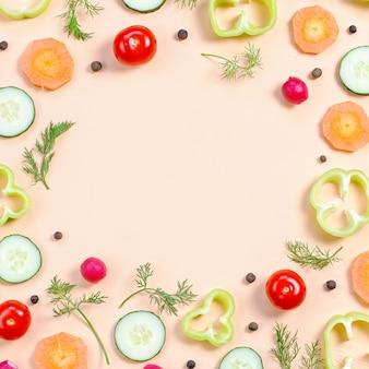 Disposition des ingrédients de la salade. modèle alimentaire avec tomates cerises, carottes, concombres, radis, légumes verts, poivrons et épices