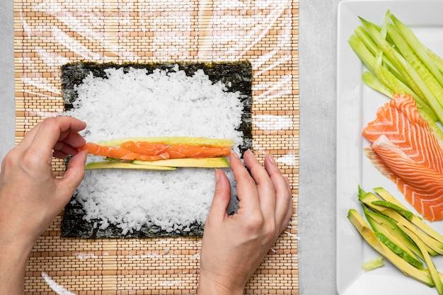 Disposition des ingrédients de sushi à plat