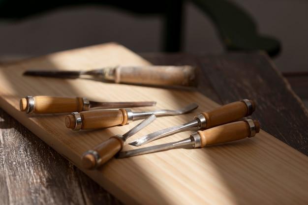 Disposition des instruments de gravure sur une table