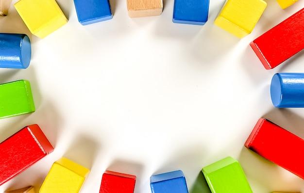 Une disposition des jouets éducatifs pour de petits enfants sous forme de détails multicolores de constructeur sur un