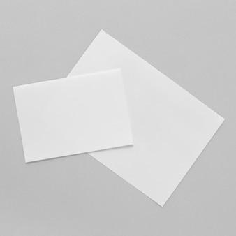 Disposition des morceaux de papier à plat