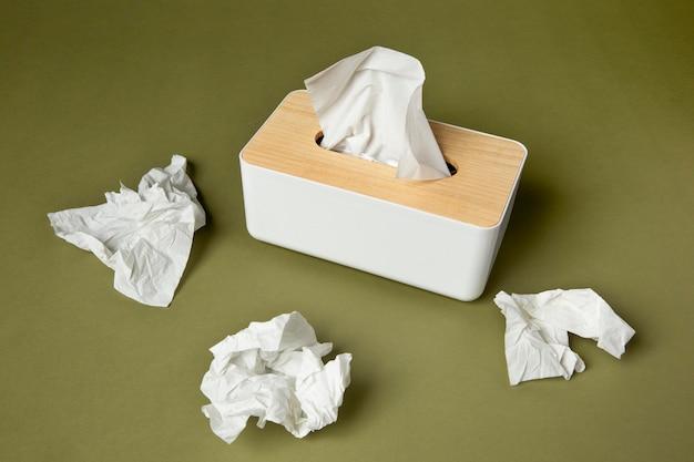 Disposition de mouchoir blanc nasal