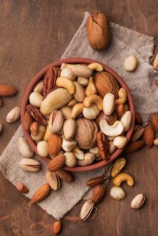Disposition des noix dans un bol
