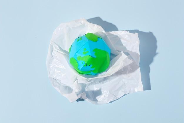 Disposition d'objets en plastique non écologique