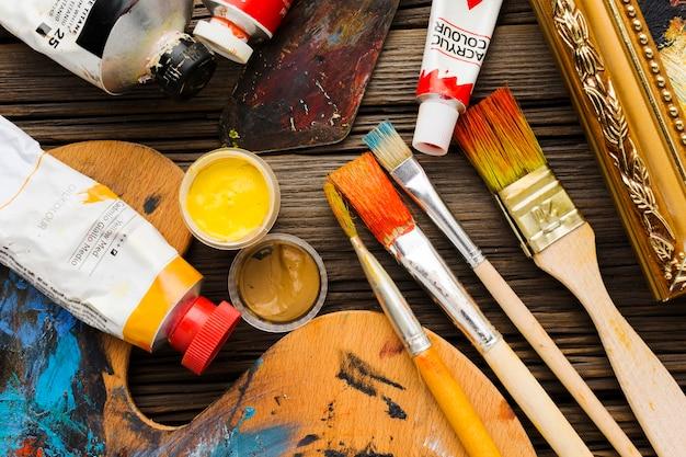 Disposition de la peinture et des pinceaux