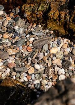 Disposition des pierres sur la plage