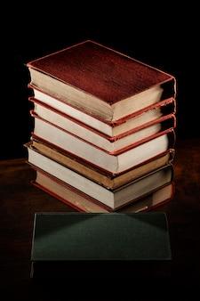 Disposition de la pile de livres à angle élevé