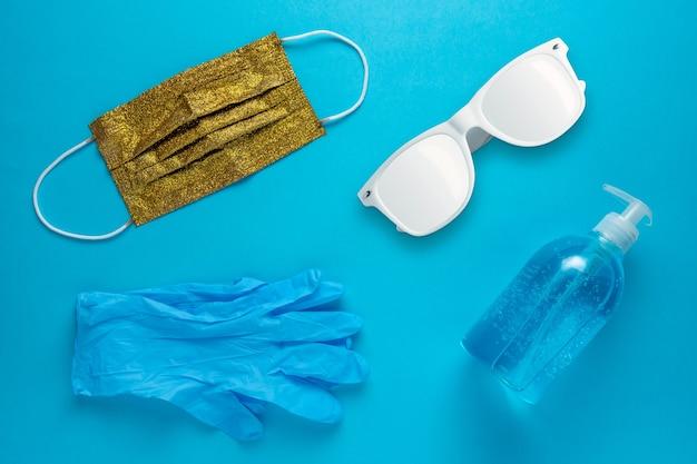 Disposition de la plage d'été avec lunettes de soleil gants de protection masque médical et désinfectant pour les mains