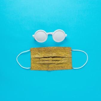 Disposition de la plage d'été avec lunettes de soleil et masque médical en or