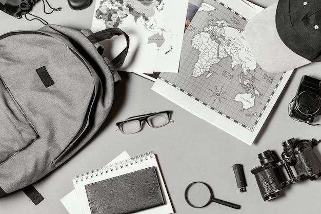 Disposition à plat de différents éléments de voyage