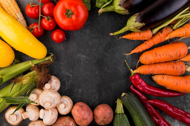 Disposition à plat de différents légumes avec espace copie
