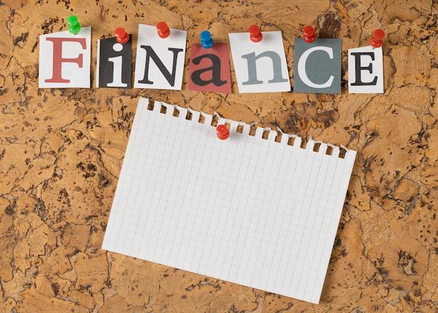 Disposition à plat du mot finance sur pense-bête