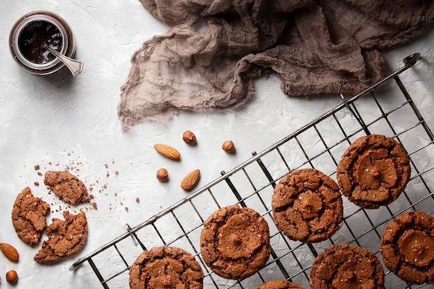 Disposition à plat d'éléments de boulangerie sucrée