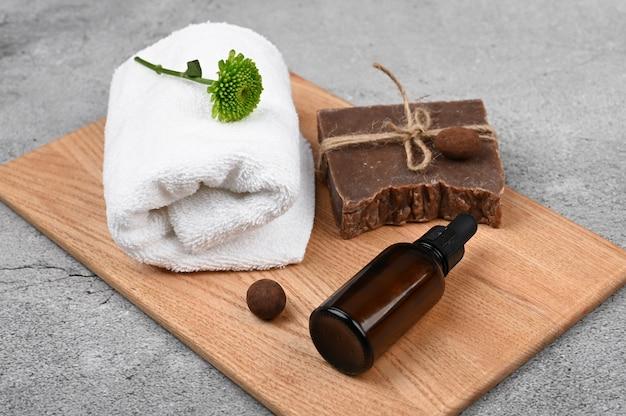 Disposition plate pour l'hygiène. agencement plat avec accessoires, cosmétiques pour spa, sel de bain, crème et serviettes. soins de la peau, cosmétiques naturels
