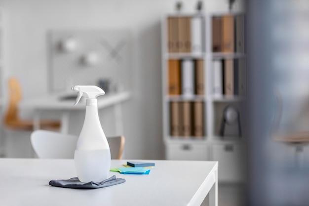 Disposition des produits désinfectants sur un bureau